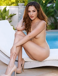 Cassie Laine shows off her rosy pussy